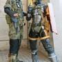 Chico y Chica vestidos de personajes de Metal Gear Solid