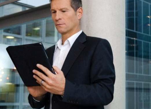 Trader profesional viendo opciones en su tablet