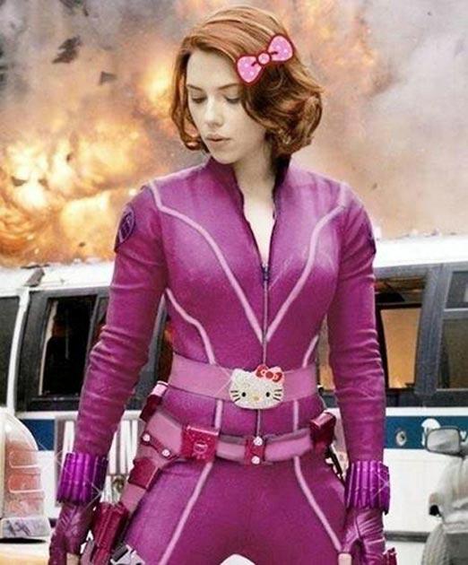 Scarlett Johansson con traje de Avengers Rosa versión Hello Kitty