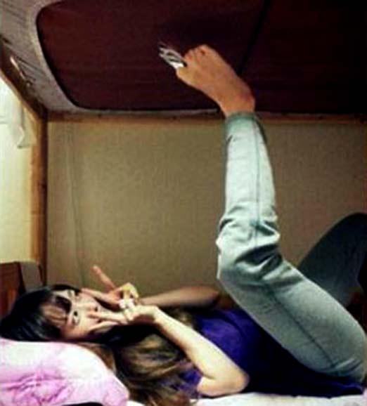 Chica Japonesa acostada haciéndose una selfie con los pies