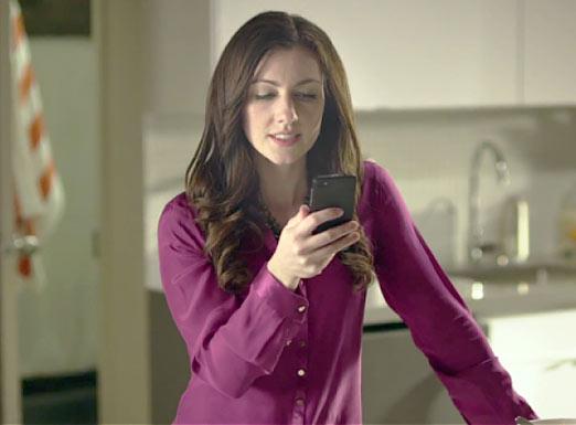 Chica usando Blackberry en el pasado