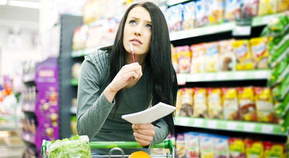 Chica comparando precios antes de elegir
