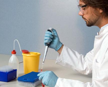 Laboratorista trabajando